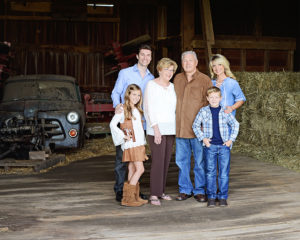 Extended family portraits, family pictures in barn, Fort Wayne Photograher